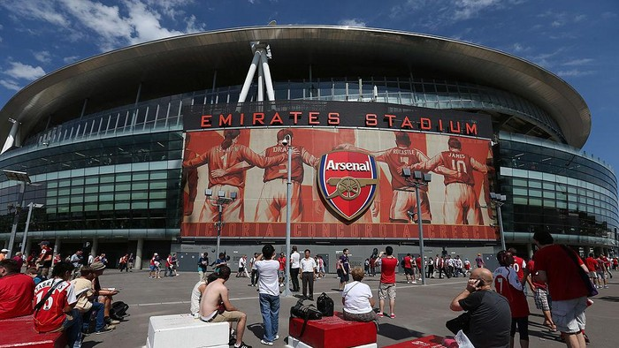LONDON, ENGLAND - AUGUST 18:  A general view of atmosphere outside Emirates Stadium prior to the Barclays Premier League match between  Arsenal and Sunderland at Emirates Stadium on August 18, 2012 in London, England.  (Photo by Julian Finney/Getty Images)