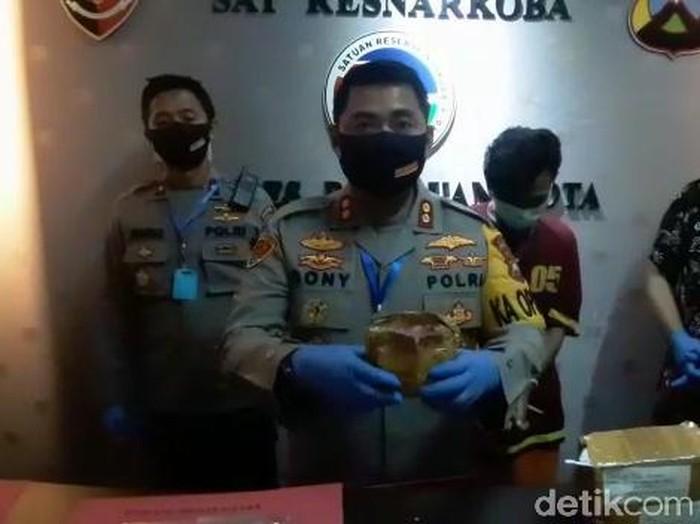Polisi Kota Pasuruan menggagalkan pengiriman ganja lewat kantor pos. Ganja yang diamankan dibungkus paket makanan ringan untuk mengelabui petugas.