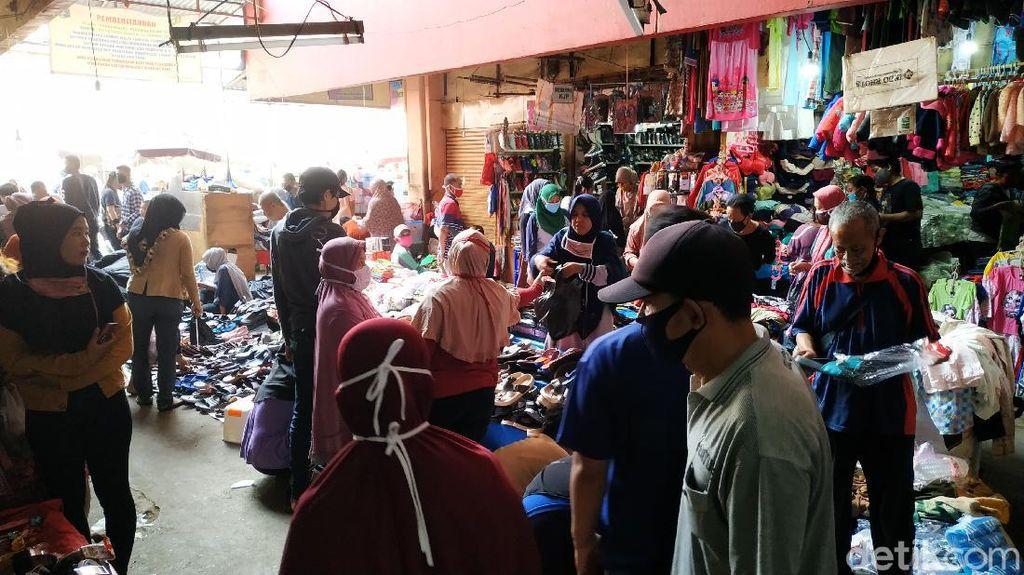 Ramainya Pasar Kebayoran Lama Sehari Jelang Lebaran, Jaga Jarak Terabaikan
