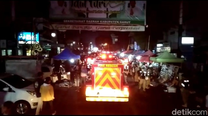 Mobil Damkar Bubarkan Kerumunan Massa di Garut