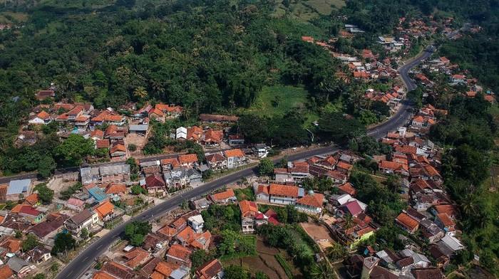 Anggota Brimob Polda Jabar menjaga arus mudik di Kawasan Nagreg di perbatasan Kabupaten Bandung dan Kabupaten Garut, Jawa Barat, Sabtu (23/5/2020). Pada H-1 Lebaran Idul Fitri 2020 kawasan jalur selatan menuju Garut, Tasikmalaya, Ciamis, dan Jawa Tengah yang biasanya ramai pemudik kini terpantau lancar dan sepi menyusul larangan mudik guna mengatasi penyebaran COVID-19. ANTARA FOTO/Raisan Al Farisi/hp.