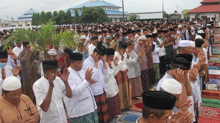 Jamaah Tarekat Syattariah melaksanakan shalat Idul Fitri 1441 Hijriah di halaman Masjid Syaikhuna Habib Muda Seunagan Desa Peuleukung, Seunagan Timur, Nagan Raya, Aceh, Sabtu (23/5/2020). Jamaah Syattariah melaksanakan shalat Idul Fitri lebih awal dari jadwal yang telah ditetapkan Pemerintah karena didasarkan pada metode hisab Urfi Khumasi atau bilangan lima dalam kitab Tajul Muluk yang dianut jamaah Syattariah. ANTARA FOTO/Syifa Yulinnas/hp.