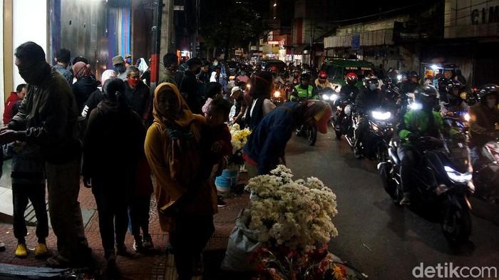 Masyarakat Kota Cimahi memanfaatkan momen malam takbiran untuk berbelanja dan jalan-jalan ke pusat keramaian dan perbelanjaan di Kota Cimahi.