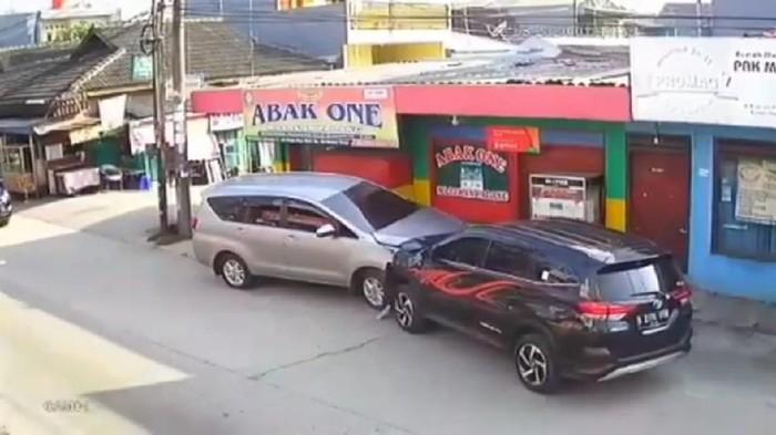 Viral Pemobil di Bekasi Hantam Motor-Mobil, Korban Patah Kaki