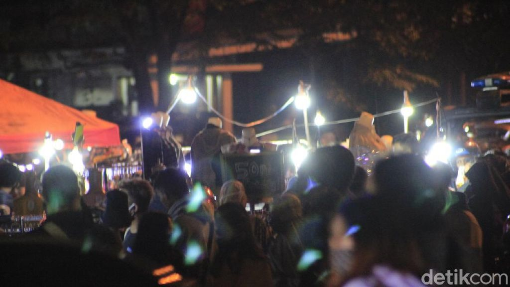 Abaikan Social Distancing, Warga Bandung Menyemut di Pasar Kaget
