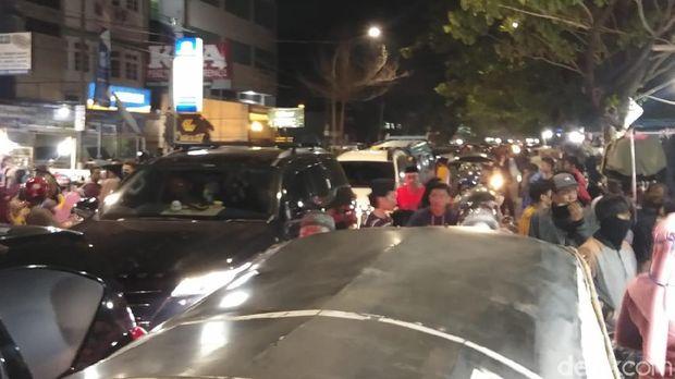 Kepadatan lalu lintas di Pasar Senggol Makassar saat malam Lebaran (Hermawan-detikcom).