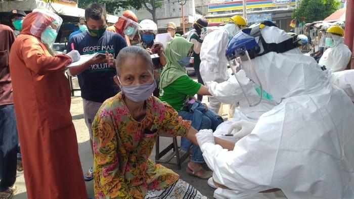 Rapid test massal menyasar para pedagang dan pengunjung pasar tradisional, swalayan dan mal di Kota Mojokerto