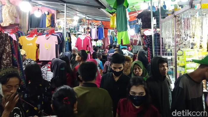 Warga Makassar berdesak-desakan di Pasar Senggol demi berburu baju lebaran (Hermawan-detikcom).