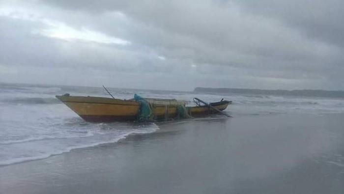 Kapal terbalik di Maluku.