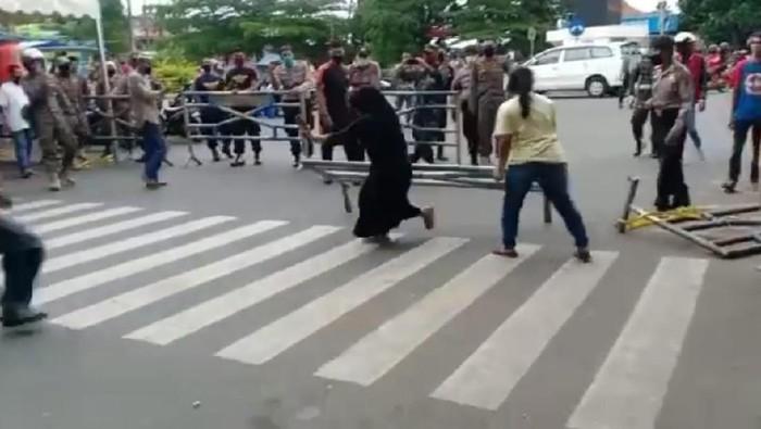 Viral Pedagang Bongkar Besi Pembatas Akses Masuk ke Pasar Payakumbuh