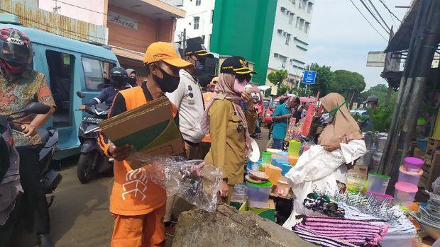 Lurah Pasar Minggu, Gita Puspitasari menertibkan pedagang di Pasar Minggu. (Luqman Nurhadi Arunanta/detikcom)