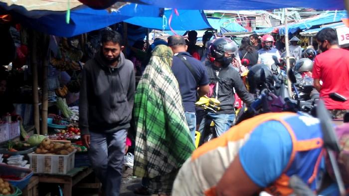 Pasar Lakessi, Parepare, Sulsel, dipadati warga jelang Idul Fitri. (Hasrul Nawir/detikcom)