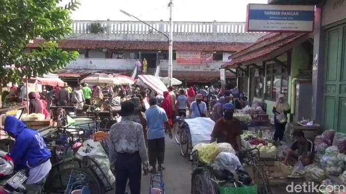 Warga Kota Tegal serbu pasar pasca PSBB diakhiri