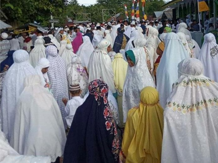 Pelaksanaan Shalat Idul Fitri 1441 Hijriah berjamaah di Masjid Nurul Awal Desa Wakal, Kecamatan Leihitu, Kabupaten Maluku Tengah, Provinsi Maluku, Sabtu (23/5/2020).