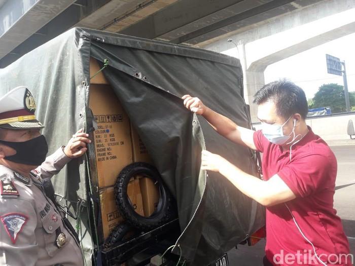 Polisi periksa pikap yang tertutup terpal di GT Cikarang Barat