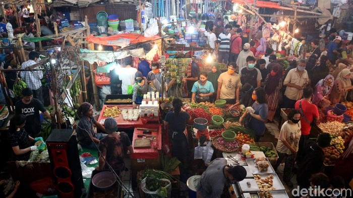 H-1 Lebaran, sejumlah warga tampak memadati Pasar Kranji Baru, Kota Bekasi, Jawa Barat. Hal tersebut terpaksa dilakukan demi memenuhi kebutuhan jelang hari raya.