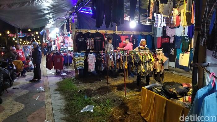Meski sudah dilarang beraktivitas di malam takbiran, warga Cianjur masih apdati pedagang pakaian di pinggir jalan dan takbiran keliling.