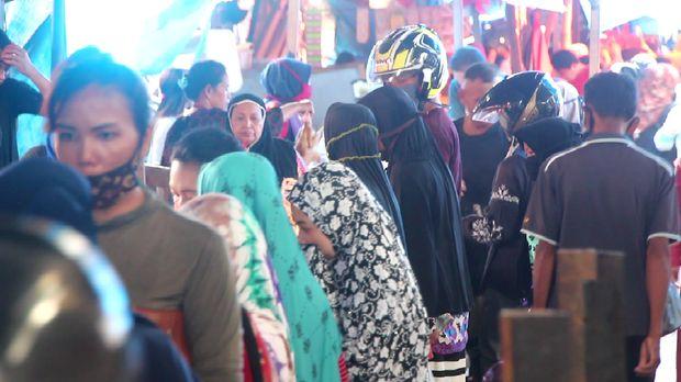 Warga padati Pasar Lakessi, Parepare, Sulsel. (Hasrul Nawir/detikcom)