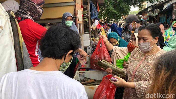 Suasana Pasar Rawalumbu Padat