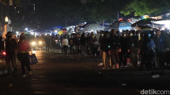 Euforia warga Kota Bandung dalam menyambut Idul Fitri terlihat dari berjubelnya warga di pasar kaget yang digelar di simpang Jalan Citarum dan Jalan Diponegoro.