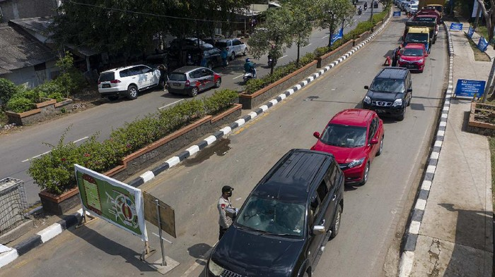 Petugas Kepolisian memeriksa kendaraan pemudik yang melintas di jalan Raya Pacing Bekasi, Jawa Barat, Sabtu (23/5/2020). Pemeriksaan tersebut dilakukan untuk mengantisipasi gelombang pemudik yang akan melintasi jalur Pantura Karawang menuju Jawa Tengah. ANTARA FOTO/Nova Wahyudi/hp.