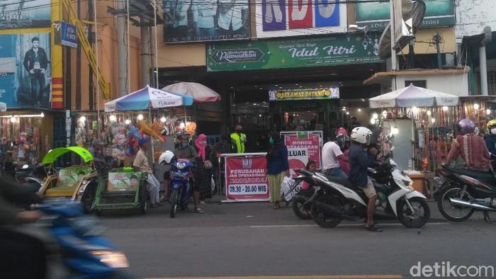 Menjelang Lebaran, sejumlah tempat perbelanjaan di Situbondo makin jadi pusat kerumunan orang. Mengantisipasi penyebaran COVID-19, Bupati Situbondo H Dadang Wigiarto bakal menutup seluruh usaha toko pakaian atau konvensi.