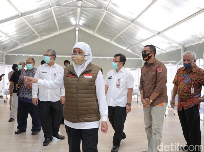 Pasien positif Corona di Jatim terus bertambah. Gubernur Khofifah Indar Parawansa meminta RS darurat segera dibuka untuk melayani pasien.