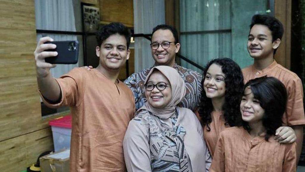 Potret Anies Lebaran Bareng Keluarga di Rumah