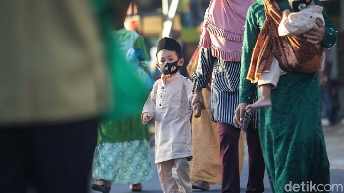 Warga di kawasan Tangerang Selatan, tetap melaksanakan salat Idul Fitri berjamaah. Warga yang hendak salat Id diwajibkan untuk terapkan protokol kesehatan.