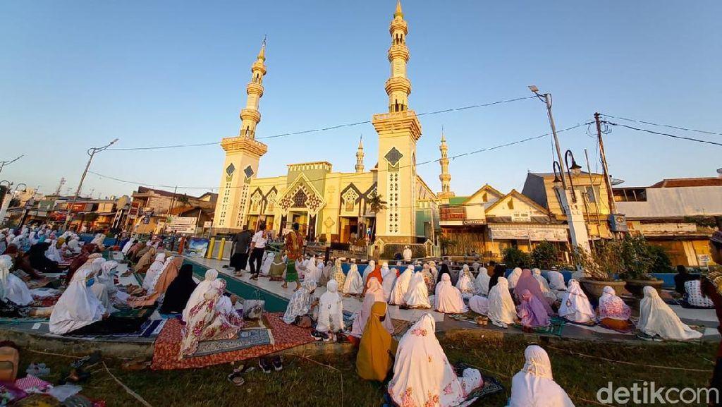 Kota Tegal Jadi Zona Hijau, Warga Ramai-ramai Salat Id di Masjid Agung