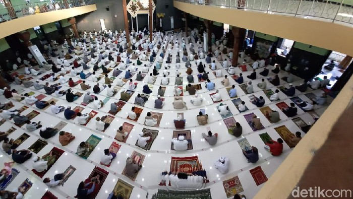 Sejumlah warga ramai-ramai melaksanakan salat Idul Fitri di Masjid Agung Kota Tegal. Pelaksanaan salat Id itu menerapkan physical distancing atau jaga jarak.