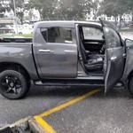 Pengemudi Toyota Hilux Ini Ugal-ugalan di Tengah Bazaar