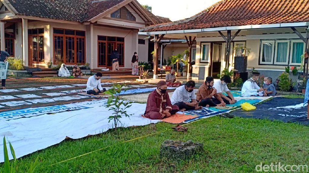 PSBB Bandung Barat, Warga Lembang Gelar Salat Id di Halaman Rumah
