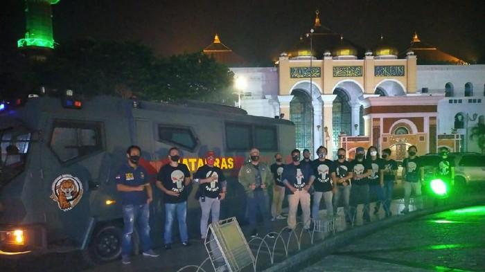 Polisi saat memantau situasi malam takbiran di bundaran Air Mancur yang sepi.