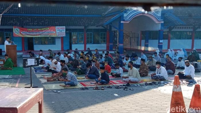 Warga menggelar salat Idul Fitri di halaman SMK di Klaten