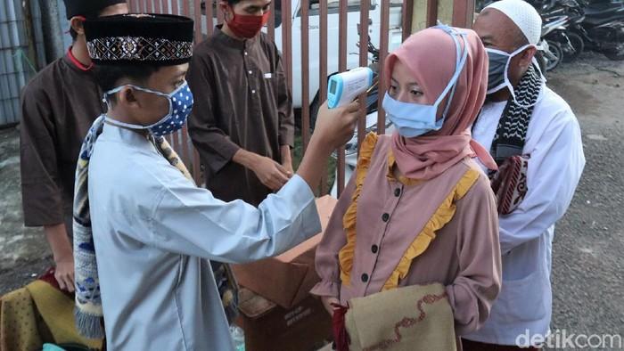 Warga Desa Cigentur, Kabupaten Bandung, gelar salat Id berjamaah di lapangan sekolah. Protokol pencegahan Corona diterapkan dalam kegiatan tersebut.