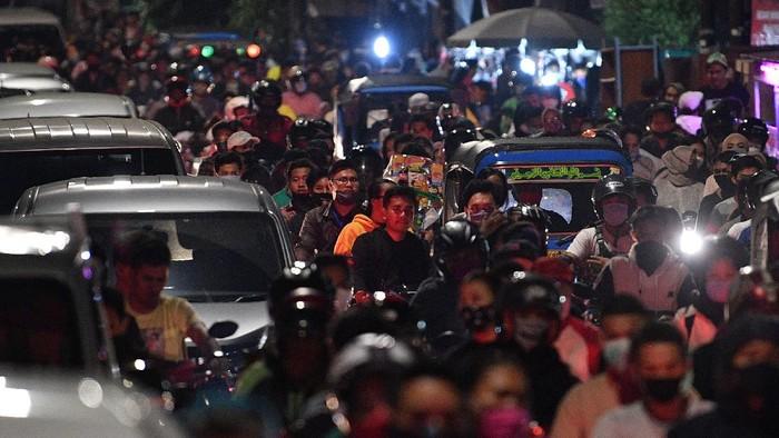 Pengendara terjebak kemacetan saat malam Idul Fitri 1 Syawal 1441 H di kawasan Kemayoran, Jakarta Pusat, Sabtu (23/5/2020). Meski Provinsi DKI Jakarta masih dalam masa Pembatasan Sosial Berskala Besar (PSBB), namun saat malam Idul Fitri 1441 H sejumlah jalan di Ibu Kota masih ramai oleh kerumunan warga hingga menimbulkan kemacetan. ANTARA FOTO/Sigid Kurniawan/wsj.