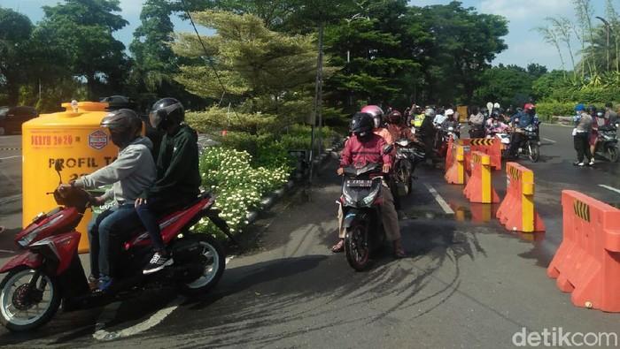 Warga Sidoarjo dan Gresik yang hendak silaturahmi Lebaran pada sanak saudara di Surabaya harus gigit jari. Mereka diminta petugas PSBB untuk putar balik.