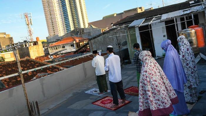 Pemerintah bersama MUI mengimbau masyarakat untuk melaksanakan salat Idul Fitri di rumah. Hal itu dilakukan guna cegah penyebaran virus Corona.