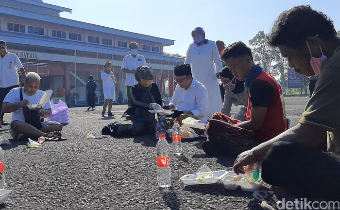 Bupati Banyumas, Achmad Husein manfaatkan momen Lebaran dengan mengunjungi tempat karantina pemudik. Di sana, Husein mengajak para perantau makan opor bersama.