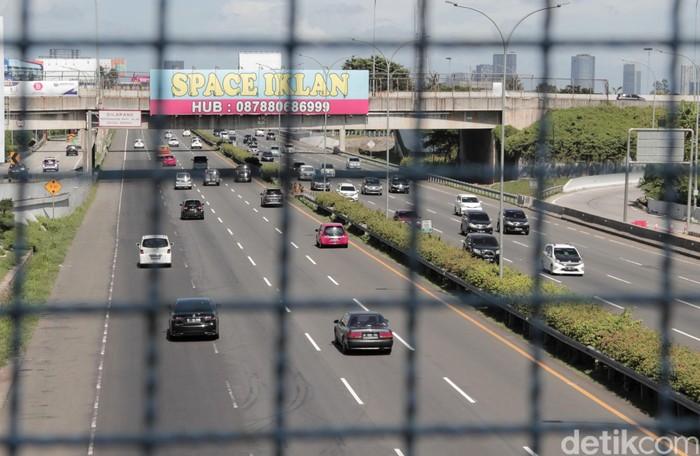 Pantauan arus lalu lintas di kawasan Tol Jakarta-Tangerang tampak ramai lancar di hari pertama Lebaran. Berikut potretnya.