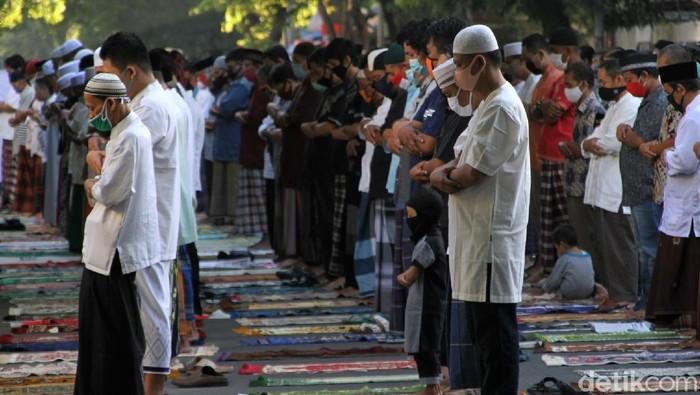 Umat Muslim di Solo gelar salat Id berjamaah di area Masjid Al Hikmah. Menariknya, masjid itu terletak berdampingan dengan Gereja Kristen Jawa Joyodiningratan.
