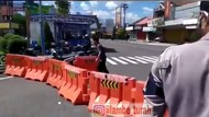 Pria Uring-uringan Bongkar Barikade Jalan Diduga Depresi Gegara Jahitan Sepi