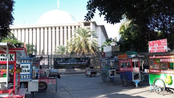 Pedagang Makanan Kaki Lima di Depan Masjid Istiqlal