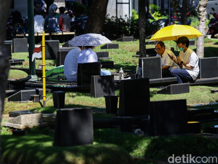 Berziarah ke makam anggota keluarga jadi tradisi yang kerap dilakukan di momen-momen Lebaran. Kawasan TPU Tanah Kusir pun tampak ramai didatangi para peziarah.
