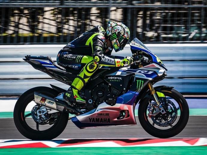 Valentino Rossi latihan menggunakan Yamaha R1 di Sirkuit Misano