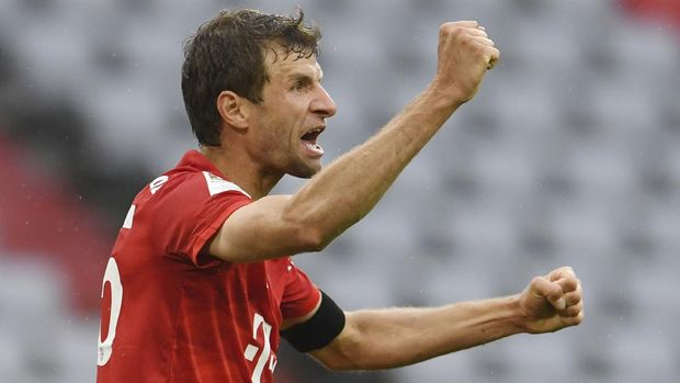 Bayern Munich's Thomas Muller celebrates after scoring his side's second goal during the German Bundesliga soccer match between Bayern Munich and Eintracht Frankfurt in Munich, Germany, Saturday, May 23, 2020. (Andreas Gebert/pool via AP)