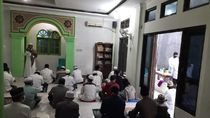Terapkan Protokol Kesehatan, Warga Bekasi Salat Id Berjemaah di Masjid