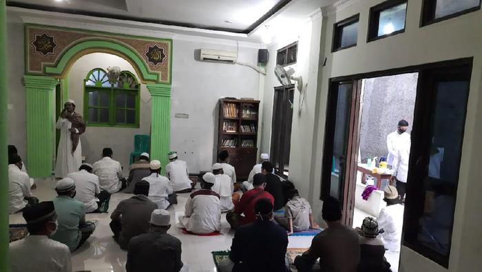 Warga Bekasi salat Id berjamaah di masjid