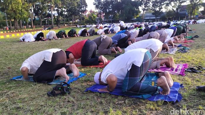 Warga di kawasan Cianjur melaksanakan salat Idul Fitri berjamaah di lapangan. Hal itu dilakukan karena salat Id yang biasanya digelar Masjid Agung ditiadakan.
